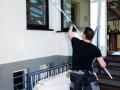 Gebäudereiniger säubert ein glasdach